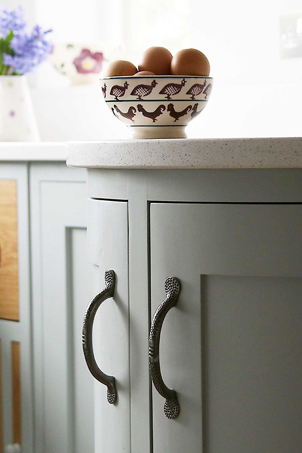 curved-cupboard-with-handles
